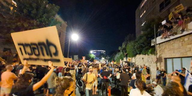 """הפגנה סוערת ליד מעון ראש הממשלה: """"העם התעורר"""""""