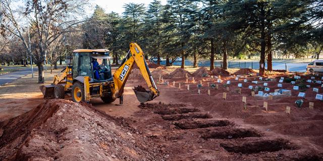 חופרים קברים בדרום אפריקה , צילום: אי פי איי