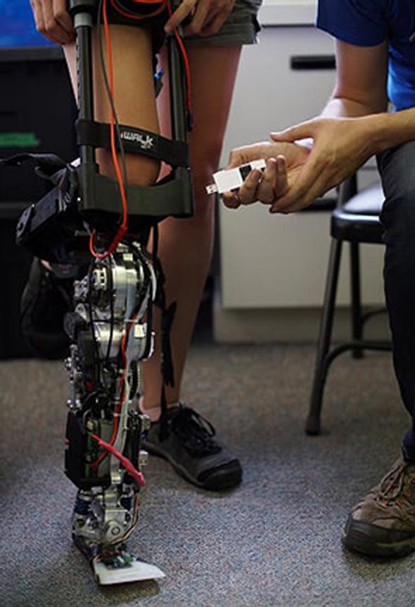 רובוט של רובוטיק על רגל קטועה, צילום: אינטל National University of Singapore