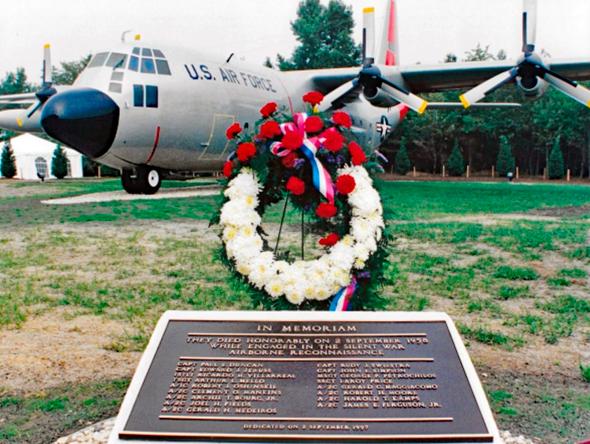 אנדרטה לחללי המשימה, שהוקמה ב-1997