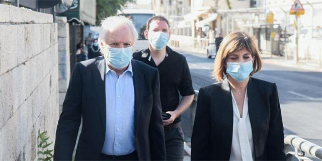 """שאול אלוביץ ועו""""ד מיכל רוזן עוזר בכניסה לבית המשפט, צילום: שלו שלום"""