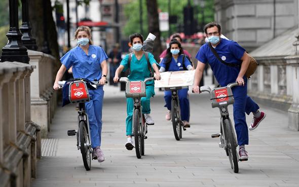 מחאה של צוותים רפואיים בבריטניה, צילום: רויטרס