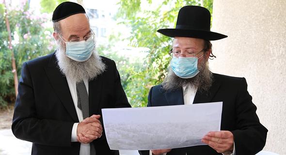 מימין: היזם הרב פנחס זלצמן וראש העיר אברהם רובינשטיין. המיזם יכלול 4 בניינים, צילום: יוסי רוזנבוים