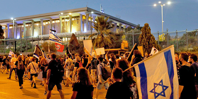 """אלפים מפגינים בכנסת נגד חוק ההסמכה: """"פיגוע בדמוקרטיה"""""""