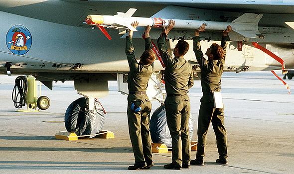 טיל סיידוויינדר מודרני מועמס על F15, צילום: USDOD