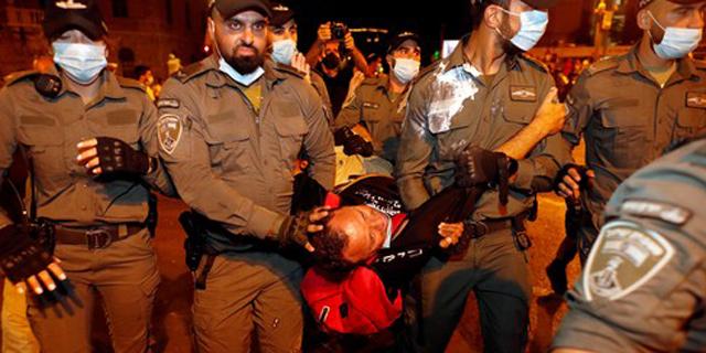 """עימותים ועצורים אחרי ההפגנה הגדולה ביותר מול מעון רה""""מ"""