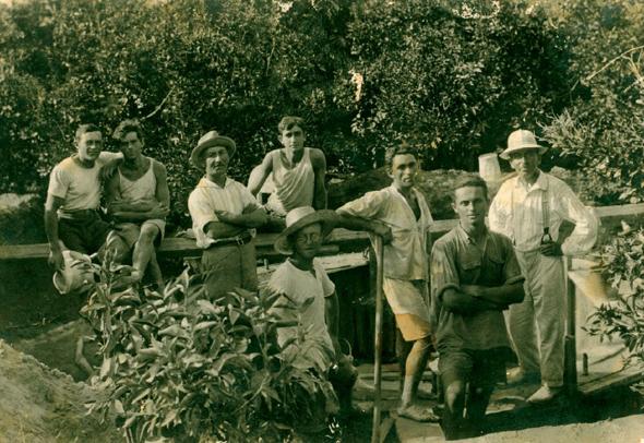 פרדס גפן בשנות ה-20. צבי (הירש) גפן שלוב ידיים וחבוש כובע במרכז, לצד פועלים עבריים  , קרדיט: אוליאנדר