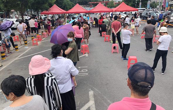 בדיקות בעיר הסינית  דאליאן , צילום: איי אף פי