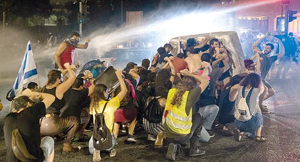 """כוחות משטרה מפנים מפגינים מול בית ראש הממשלה במכת""""זית"""