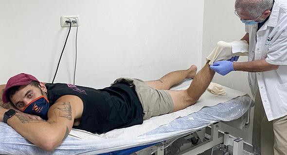 """כתב כלכליסט דור זומר  שרגלו נשברה בהפגנה בת""""א"""