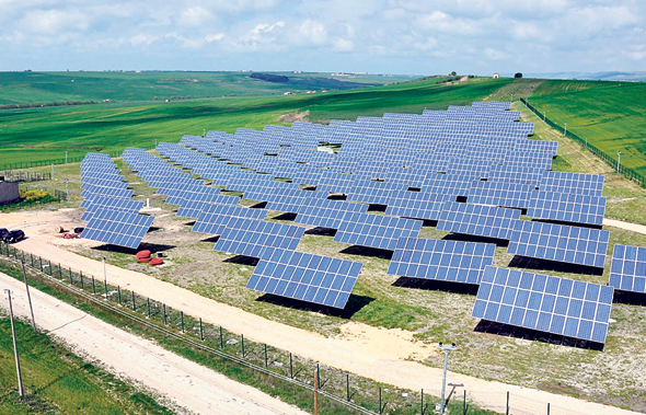 שדה סולארי של אקונרג'י במחוז פוליה בדרום איטליה