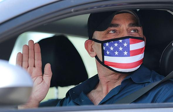 """אזרח חדש בארה""""ב נשבע ביושבו במכונית בגלל הקורונה"""