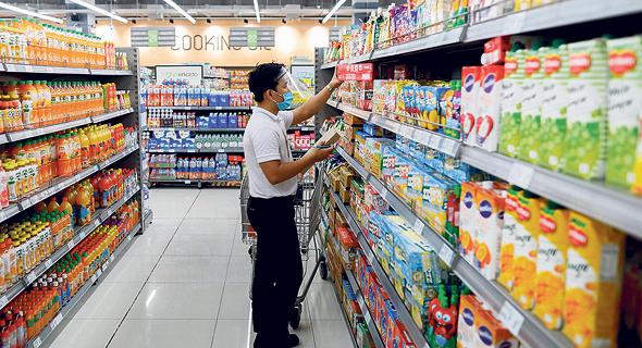 ליקוט מוצרים בסניף מזון, צילום: רויטרס