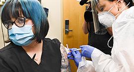 נסיינית מניו יורק מקבלת חיסון של מודרנה נגד קורונה וירוס, צילום: איי פי