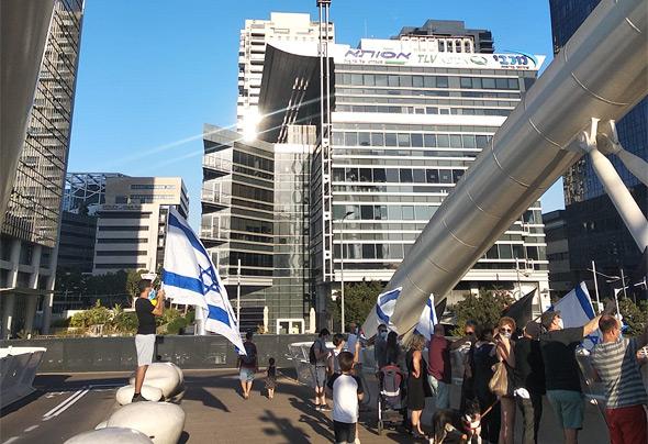 מפגינים בגשר יהודית בתל אביב, הערב, צילום: דניאל וסרשטרום