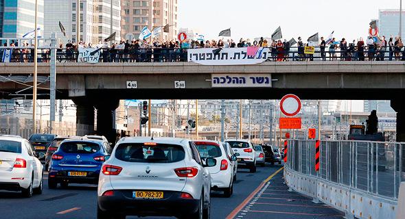 מפגינים בגשר ההלכה, הערב, צילום: איי אף פי