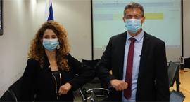 """שר התקשורת יועז הנדל ומנכ""""לית משרד התקשורת לירן אבישר בן חורין מחדר הניהול של מכרז דור 5, צילום: לשכת העיתונות הממשלתית"""