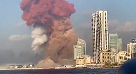 פיצוץ אש עשן זיקוקים מחסן נמל ביירות לבנון 2