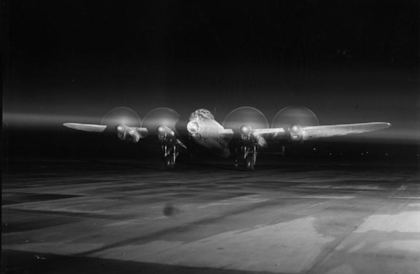 מפציץ לנקסטר נערך להמראה בלילה, צילום: IWM
