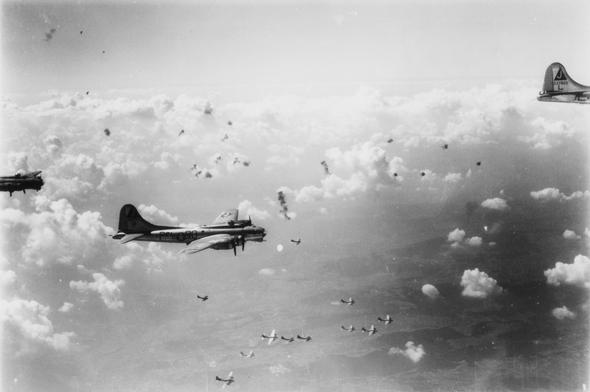 """מפציצי B17 תחת אש נ""""מ, צילום: IWM"""