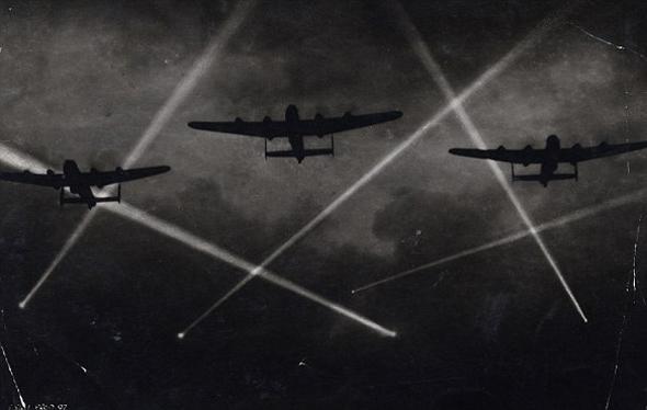 """לנקסטרים בריטיים בדרכם למטרה, סביבם זרקורי נ""""מ, צילום: dailymail"""