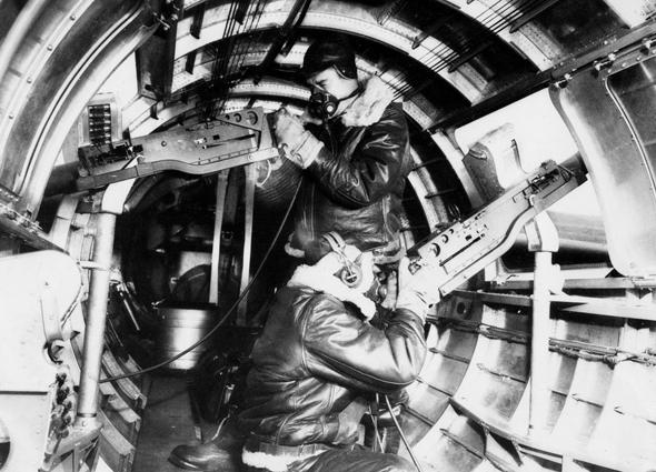 מקלענים במפציץ אמריקאי, צילום: USAF