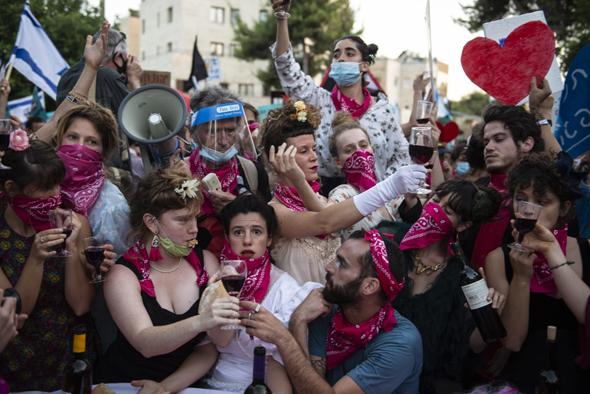 הבעלבתים במיצג בבלפור. קבוצה של אמנים מתחומים שונים שצובעים את המחאה בורוד