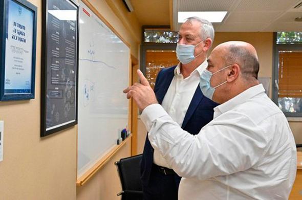 בני גנץ  ופרופ' שמואל שפירא מנהל המכון הביולוגי בנס ציונה