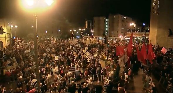 """אלפים בהפגנה מול מעון רה""""מ בבלפור, צילום: אלכס גמבורג, Satview"""