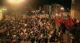 """אלפים בהפגנה מול מעונו של רה""""מ בבלפור, הערב, צילום: אלכס גמבורג, Satview"""