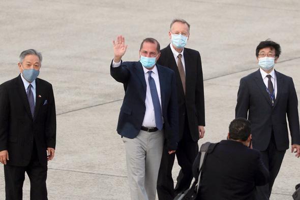 שני משמאל: שר הבריאות האמריקאי אלכס אזאר בטייוואן