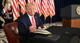 """נשיא ארה""""ב דונלד טראמפ, שלשום בניו ג'רזי. """"מהלכים ציניים ואפויים למחצה"""", צילום: AFP"""