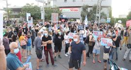 ההפגנה מול ביתו של גנץ בראש העין, צילום: מוטי קמחי