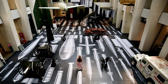 האמן הסיני אי וויווי מפזר דימויי פצצות במוזיאון המלחמה בלונדון