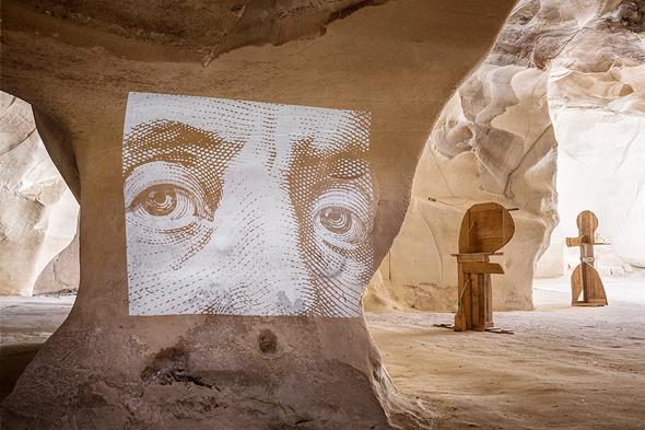 פסלים ועבודת וידיאו של האמן איוו ביזיניאנו במערות בית גוברין , צילום: שי אפשטיין