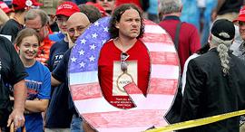 """אחד מתומכי קונספירציית ה-QAnon של הימין הקיצוני בארה""""ב, צילום: גטי אימג'ס"""