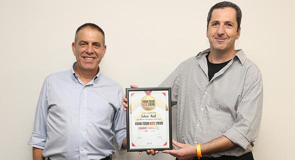 """מימין: הזוכה במקום הראשון - פרופ' יעקב נחמיאס, מייסד Future Meat Technologies ואייל מליס מנכ""""ל תנובה"""