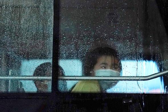 נוסעת באוטובוס בבייג'ינג