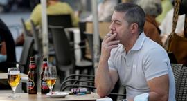 אדפם מעשן בפונטוודרה, גליסיה, למרות האיסור, צילום: רויטרס