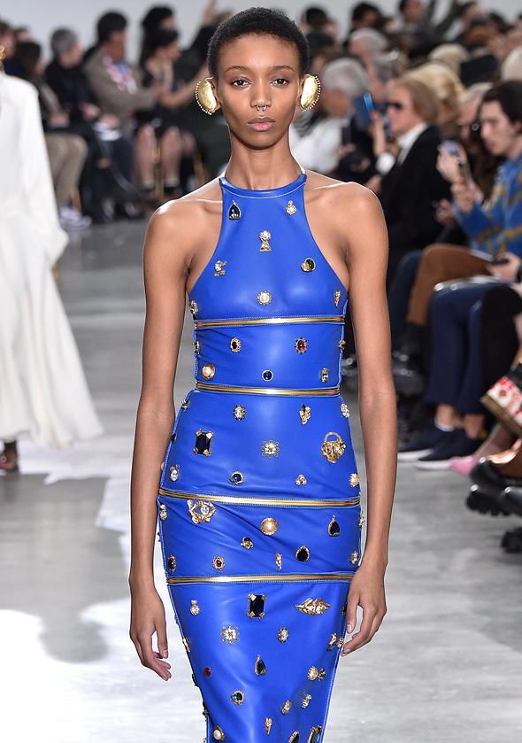 שמלה של שפיארלי. חייבת להתאים לענק עשוי אבנים יקרות שנקנה בסגר, צילום: גטי אימג