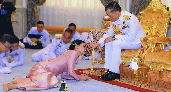 המלכה סוטהידה משתטחת לרגלי מלך תאילנד, צילום: איי אף  פי