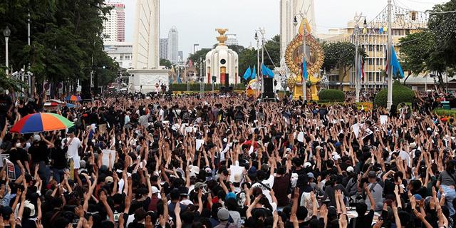 """אלפים בתאילנד נגד הצבא והמלך: """"לא נהיה יותר אבק"""""""