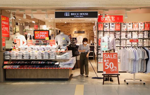 חנויות בקניון בטוקיו מציעות הנחות גדולות