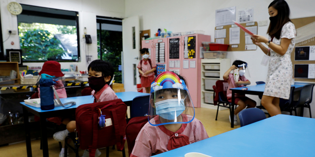 באיטליה מנסרים שולחנות: כך מתמודדות מדינות המערב עם החזרה לכיתות