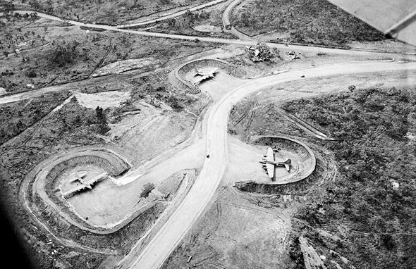 מפציצי B17 אמריקאיים בעמדות מוגנות באחד מבסיסי פורט מורסבי, צילום: USAF