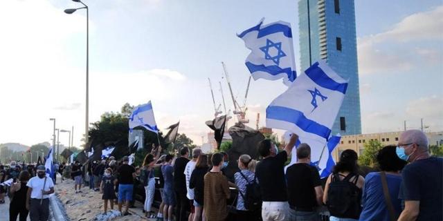 """גשר ההלכה, ת""""א, צילום: הדגלים השחורים"""