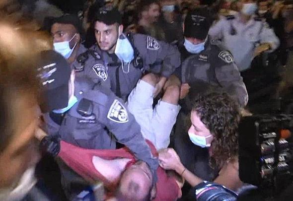 """הפגנה מול מעון רה""""מ בירושלים, צילום: גיל יוחנן"""