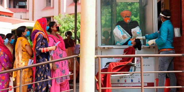 בדיקת קורונה בבית חולים באמריצר, הודו , צילום: אי אף פי