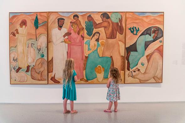 """ילדים צופים בעבודה במוזיאון ישראל. אפשר לסייר אפילו עם המנכ""""ל, צילום: אלי פוזנר מוזיאון ישראל"""