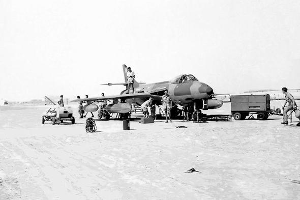 מטוס האנטר באיחוד, בבסיס שארג'ה. כשהוקם, לא היו בו האנגרים, וטיפולים רבים בוצעו תחת השמש